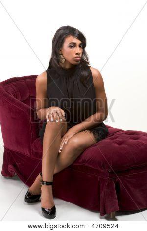 glamourösen Modell Afro-Amerikanerin auf roten couch