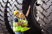 Постер, плакат: Доставка сотрудников компании проверка промышленной шины перед экспортом