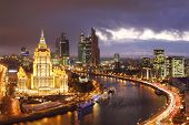 Moskau - NOVEMBER 13: Hotel Ukraine und Moskau City Business am Abend, am 13 November 201