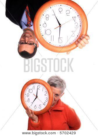 Reife Frau und Geschäftsmann mit Uhr
