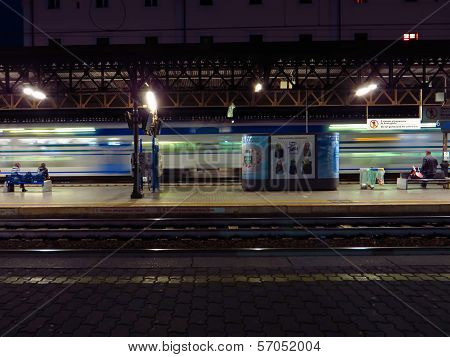 Trastevere Station, Passing Regional Train