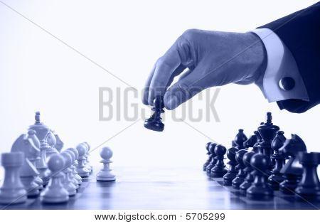 Empresário jogando xadrez jogo tom de azul