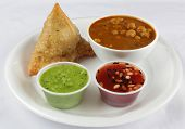 picture of samosa  - samosa with chickpeas and chutney combo at lunch