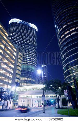 Luzes da cidade de noite azul e edifícios em Houston