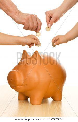 Manos de diferentes generaciones poner monedas en la hucha