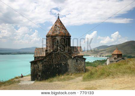Iglesia medieval en el lago Sevan