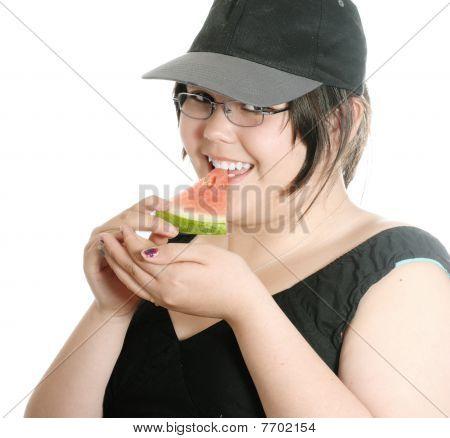 Chica comiendo sandía