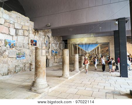 Jerusalem,israel - Juli 13, 2015: Cardo Maximus, Roman Pillars .the Remains Of An Ancient Roman Pill