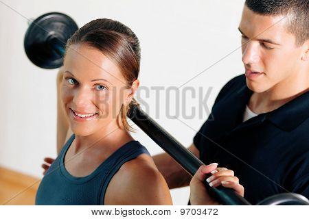 Personal Trainer im Fitness-Studio