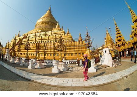 Touris visit Shwezigon Pagoda in Bagan