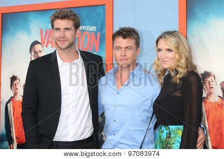 LOS ANGELES - JUL 27:  Liam Hemsworth, Luke Hemsworth, Samantha Hemsworth at the