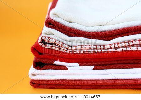 Montón de toallas de lino cocina con espacio para su texto