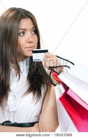 Frau stehend, Holding Kreditkarte und Einkaufstaschen In der Hand