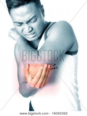 Junger Mann Grimassen, wie er Ellenbogen-Verletzung leidet