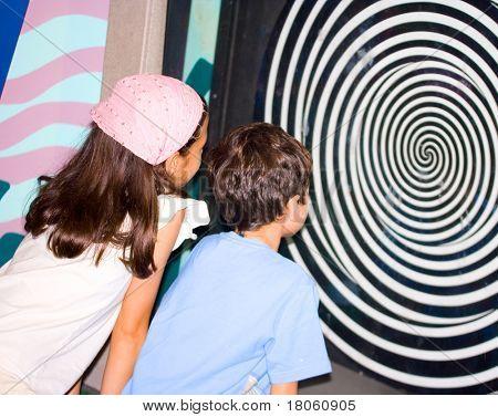 Schwester und Bruder, die Beobachtung der optischen Illusion Science Centre Windung