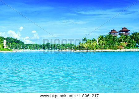 Wunderschönen abgeschiedenen Lagune mit blauer Himmel in den Tropen