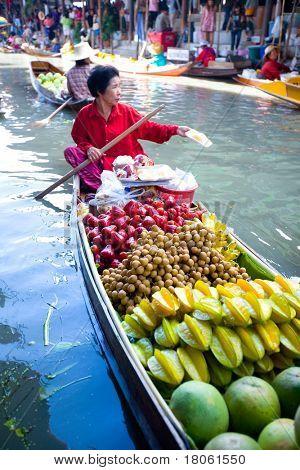 Bangkok agosto de 2008. Ocupado el domingo por la mañana en el mercado flotante de Damnoen Saduak. Locales de ventas pro fresco