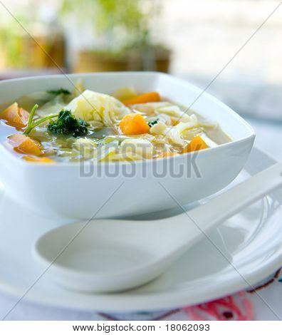 eine Schüssel gesund Kohl und Süßkartoffel-Suppe mit Petersilie.