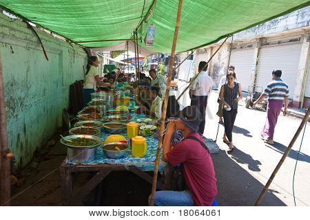 Rangun, MYANMAR - JAN-31: Roadside Gemüse Verkaufsstände Frischwaren am 31. Januar 2010 in Mya
