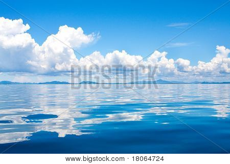 Schöne Cumuluswolken am Horizont über tropische Inseln im Meer