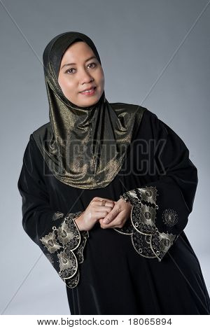 Bela mulher madura de muçulmanos malaios em estúdio