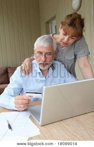 Pareja Senior haciendo compras en línea