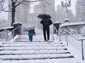Постер, плакат: Маленькая девочка и человек идет снег в Нью Йорке