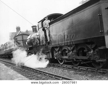 """Sheffield Park, England ca. 1972: eine Dampflokomotive schleppt eine Personenzug auf die erhaltene """"Blu"""
