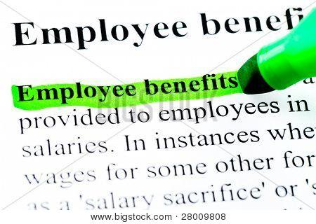 Definição de benefícios do funcionário destacada pelo marcador verde sobre fundo branco papel