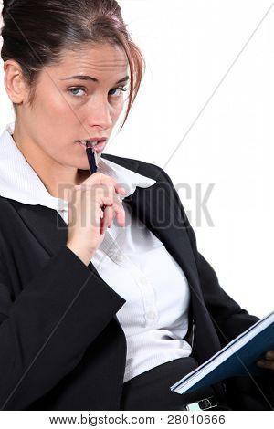 Retrato de mulher em um terno com caneta e bloco de notas