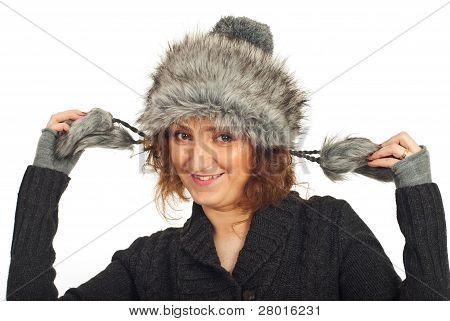 Mulher feliz no chapéu de pele