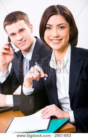 Parceiros de negócios no local de trabalho