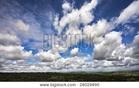 As nuvens bizarra voando acima de Madrid