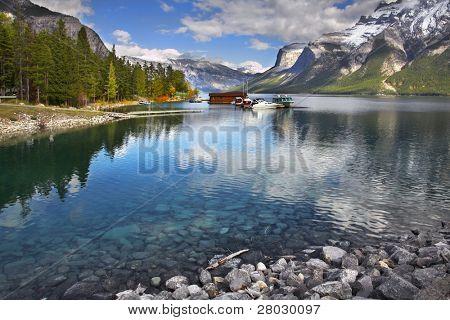 Boot-Station, ein Ausflugsboot und ein Schiff auf See