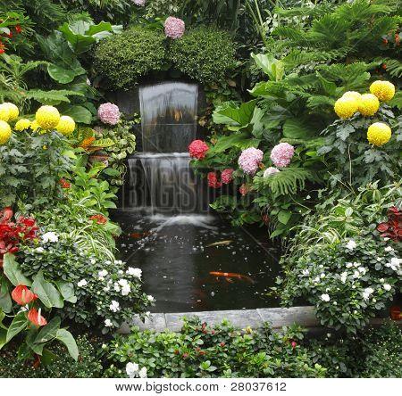 Prachtige trapsgewijs fontein en goldenfish in Butchard-tuin op Vancouver island