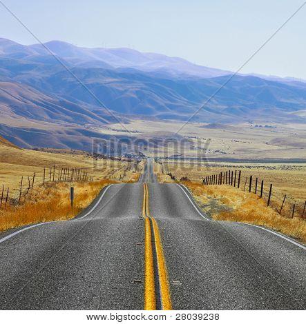 La pradera californiano y montañas en la distancia, día de otoño. Fen y magnífico American road