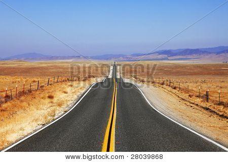 Curvas abruptas de carretera en espacios abiertos de las estepas de California