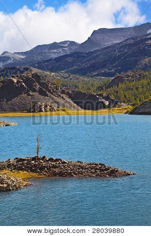 Solar Mittag. herrliche azurblauen See und kleine malerische Insel im Park Yosemite in den usa