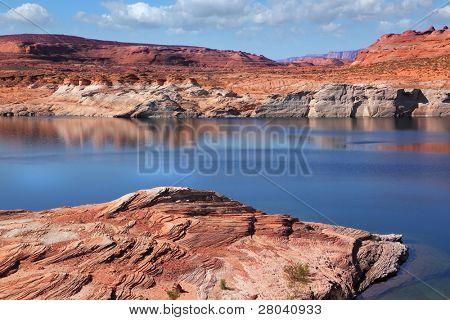 Antelope Canyon con un suave azul de agua en la reserva Navajo. Silencio de mediodía verano