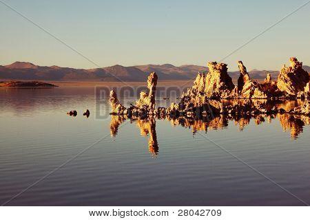 märchenhaft schönen mono See mit fantastischen Riff Tuffstein. Sonnenuntergang