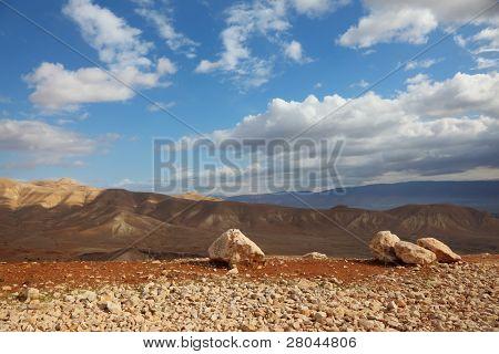 transparente Frühlingsmorgen in Bergen von Samaria. samtig Hügel sind von der Morgensonne beleuchtet.