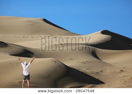 """The enthusiastic tourist welcomes sunrise. Erotic reminiscences in the sand """"waves"""" Eureka Dunes"""