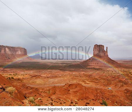 El desierto rojo. Monument Valley - reserva Navajo durante las tormentas de verano. El magnífico ra