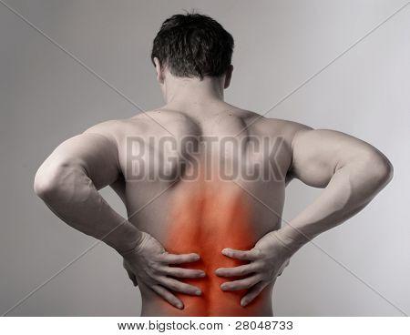 Hombre que sufre de dolor de espalda