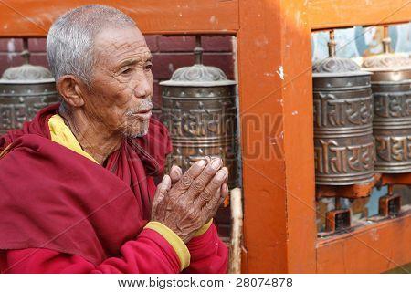 Kathmandu, Nepal 5. Januar: Mönch liest Mantra in der Nähe von Stupa Bodnath am 5. Januar 2009 in Kathmandu,