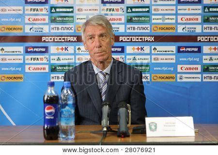 TOMSK, Rússia - 20 de setembro: Valery Nepomnyashchiy - treinador do FC Tom (Tomsk), em uma imprensa confe