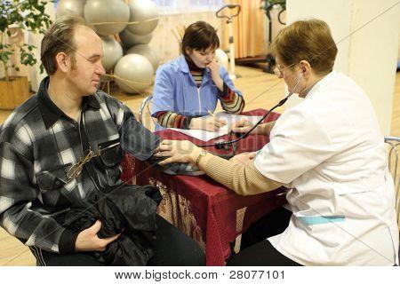 PODPOROZHYE, Rusia - 28 de enero: Día de la salud en el centro de servicios sociales para jubilados y el