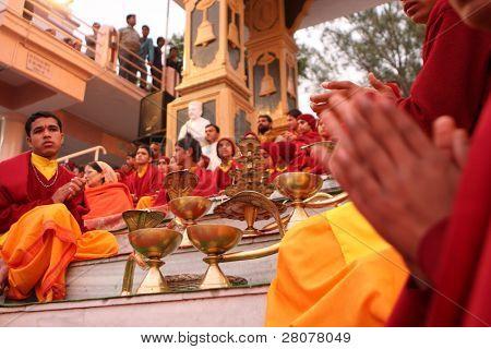 RISHIKESH, INDIA - 19 de enero: Estudiantes hindúes de la Parmath Niketan Ashram sostienen lanter ceremonial