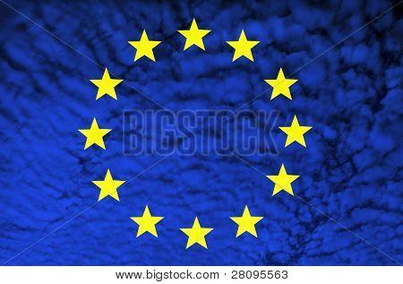Bandera de Europa entre la ilustración de las nubes, generadas por computadora