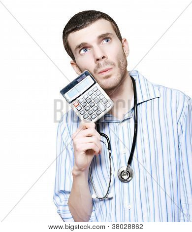 Doctor aislada contando el costo financiero de la salud